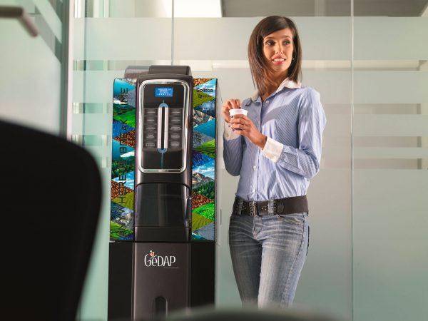 Gedap - Ragazza e Distributore Caffè in ufficio